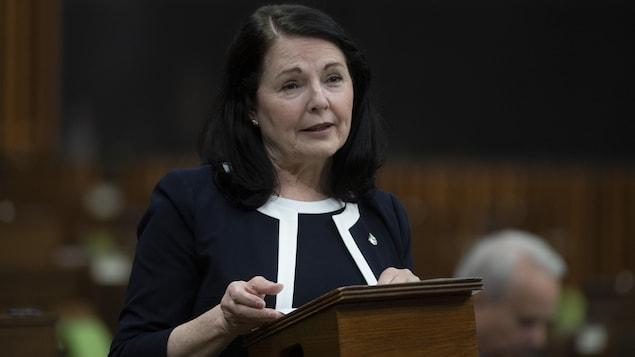 Une femme prend la parole à la Chambre des communes.