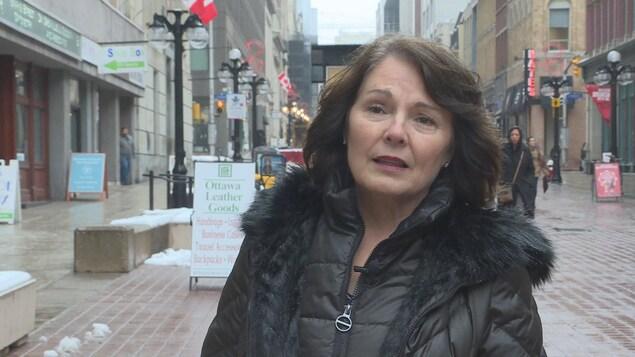 Cathay Wagantall debout dans une rue d'Ottawa