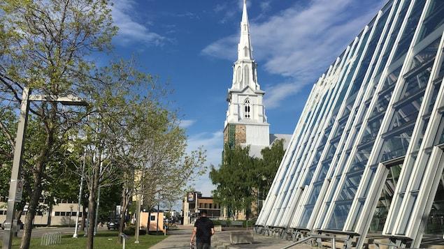 La cathédrale et la salle de spectacle à Rimouski
