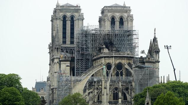 La cathédrale Notre-Dame de Paris aux murs noircis par les flammes.