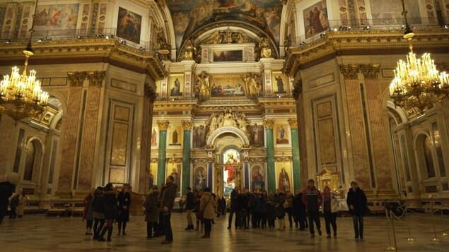 Des gens en train d'admirer le décor magnifique à l'intérieur de la cathédrale