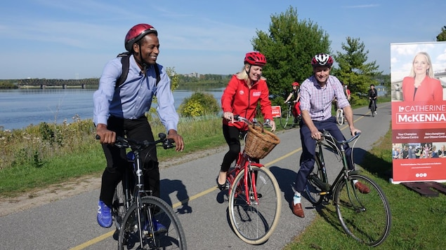 Catherine McKenna, Greg Fergus et William Amos en vélo.