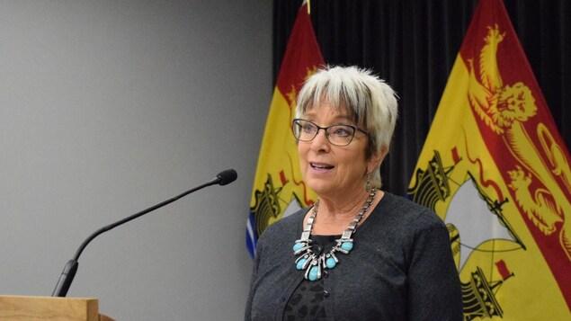 La ministre Rogers s'adresse aux journalistes.