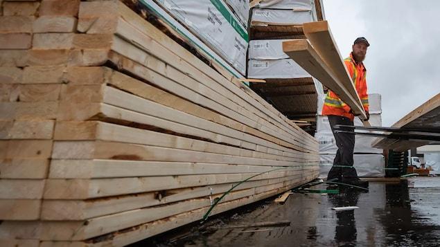 Doug Howson dépose des planches sur un chariot élévateur dans la cour de l'entrepôt de Haney Builders Supplies, à Maple Ridge, en Colombie-Britannique, le vendredi 12juin 2020.