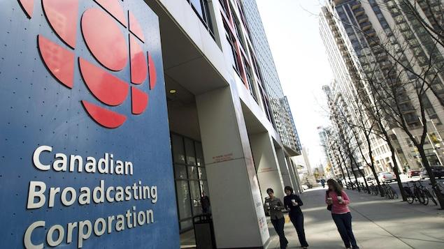 Une entrée de l'édifice de CBC à Toronto.