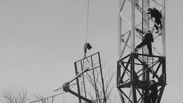 Ouvriers complétant l'installation de l'antenne émettrice de CBOT et CBOFT Ottawa.