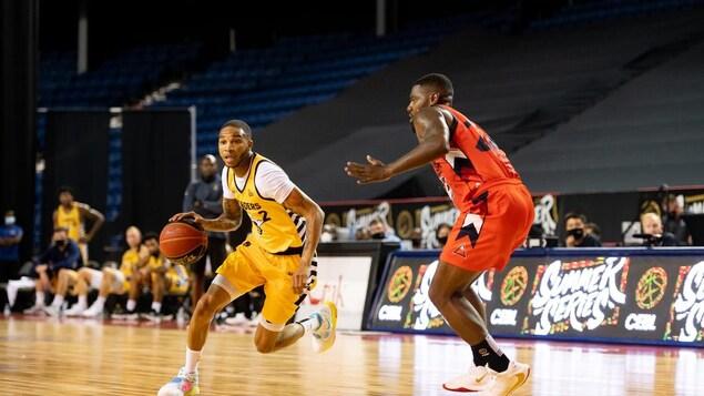 Des joueurs de la Ligue canadienne élite de basketball en pleine action.