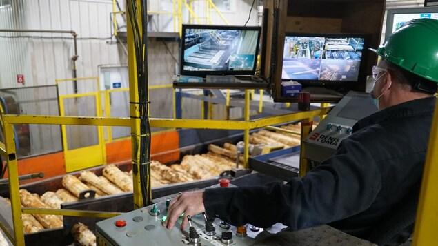 Un employé qui travaille dans une usine.
