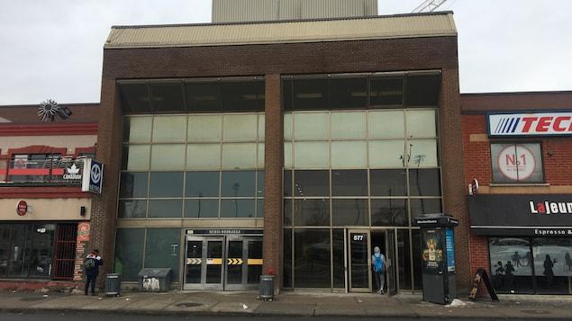 L'entrée du campus à côté de celle de la station de métro Henri-Bourassa.