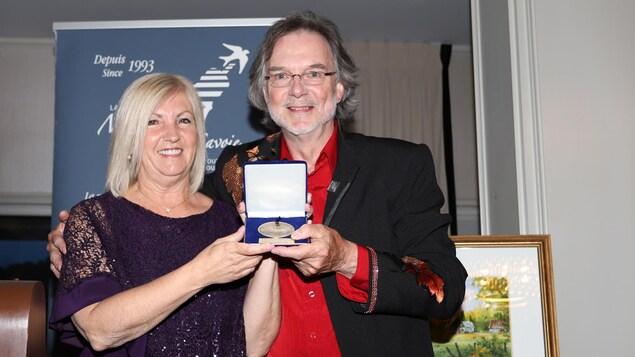 La députée de Hull, Maryse Gaudreau, aux côtés de Jean-Yves Guidon.