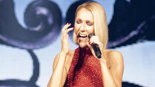 Céline Dion est sur scène.