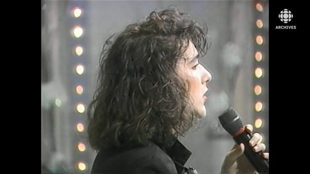 Céline Dion chantant dans une tournée de promotion de son album «Incognito», en 1988.
