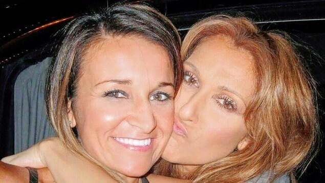 La chanteuse pose un baiser sur la joue de son admiratrice.
