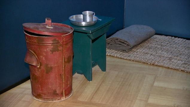 Une poubelle rouge, une petite table et un matelas au sol : ce que Nelson Mandela avait dans sa cellule.