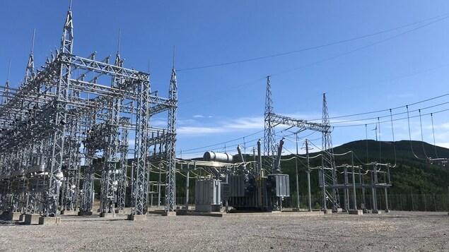 L'électricité produite par les éoliennes est transférée au réseau d'Hydro-Québec par cette centrale électrique.