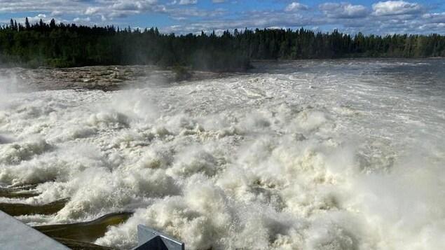 Des volumes d'eau importants se déversent d'un réservoir hydroélectrique.