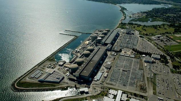 Photo aérienne de la centrale de Pickering sur le bord du lac Ontario.