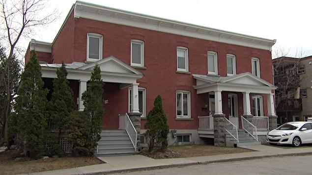La façade d'un immeuble en brique qui abrite le Centre d'aide 24/7, à Gatineau, au printemps.