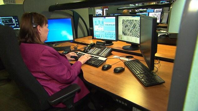Une répartitrice à la centrale 911 du SPVM.