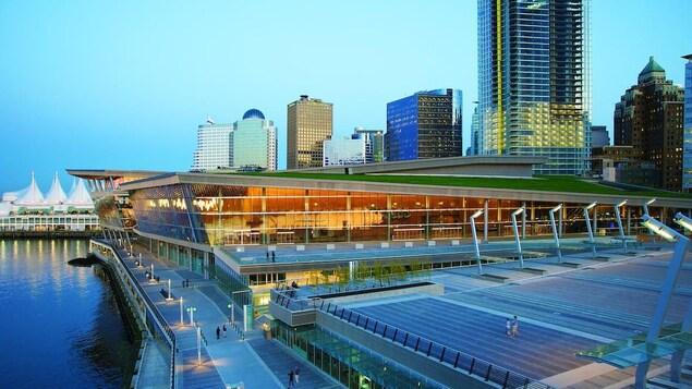Centre des congrès de Vancouver au coucher du soleil.