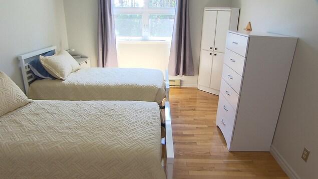 On y retrouve deux lits et deux bureaux.