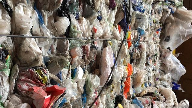 Des sacs de plastique mis en ballot au centre de tri de Saguenay