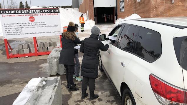 Un patient entre dans le centre de dépistage de Baie-Comeau à bord de son véhicule.