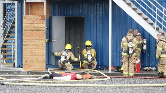 Des pompiers sont à l'œuvre pendant une simulation.