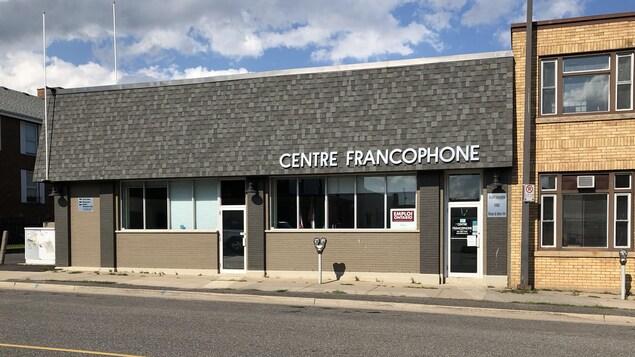 Une édifice avec les mots Centre francophone sur la devanture.