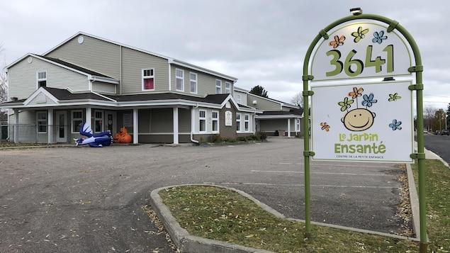 Le Centre de la petite enfance Le Jardin Ensanté se dresse sous un ciel gris.
