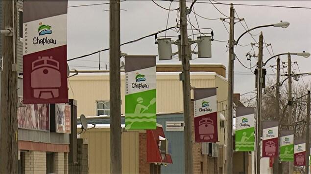 Des bannières sur des poteaux électriques.