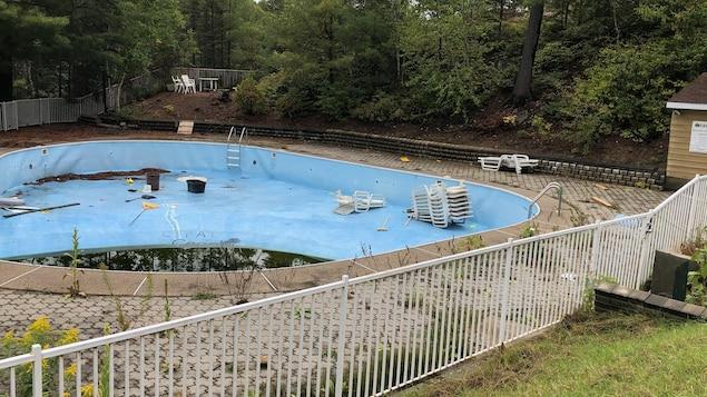 une piscine vandalisée.