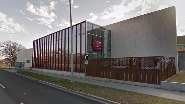Un grand bâtiment en long, avec de grandes vitres et un logo qui indique « TCM Théâtre Cercle Molière », vu de l'extérieur un jour d'automne.