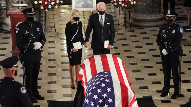 Joe et Jill Biden se recueillent devant le cercueil de Ruth Bader Ginsburg, drapé d'un drapeau américain.