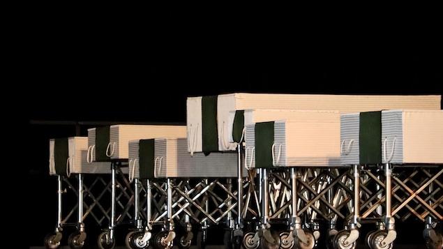 Les cercueils, de tailles différentes, sur scène.
