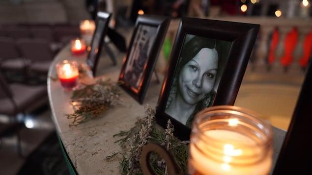 Des photos encadrées de femmes disparues et assassinées sont posées sur une table et entourées de chandelles, en vue d'une cérémonie au Palais législatif tenue en 2019.