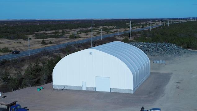 Une structure blanche avec un toit arqué.