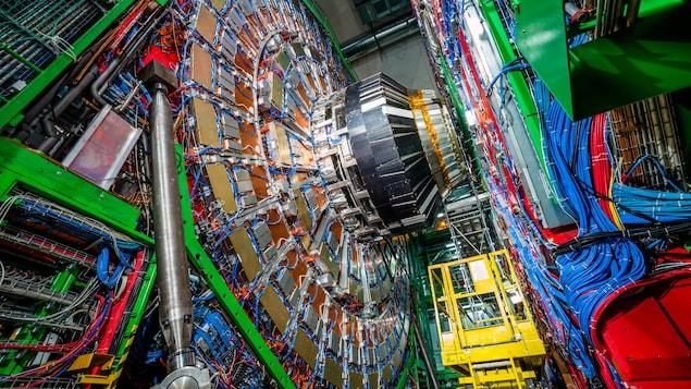 Une immense structure circulaire reliée à un grand panneau de câbles.