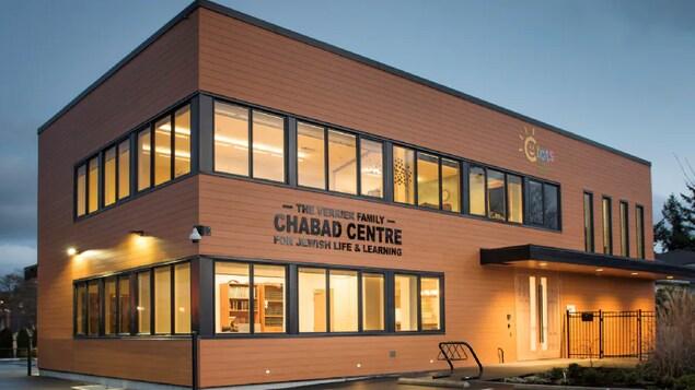 Un bâtiment rectangulaire et brun avec beaucoup de fenêtres, sur lequel il est écrit en lettres noires : Chabad Centre.