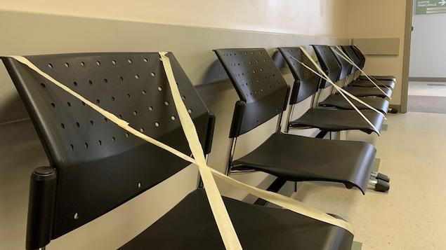 Des chaises noires sur lesquelles a été mis du ruban adhésif.