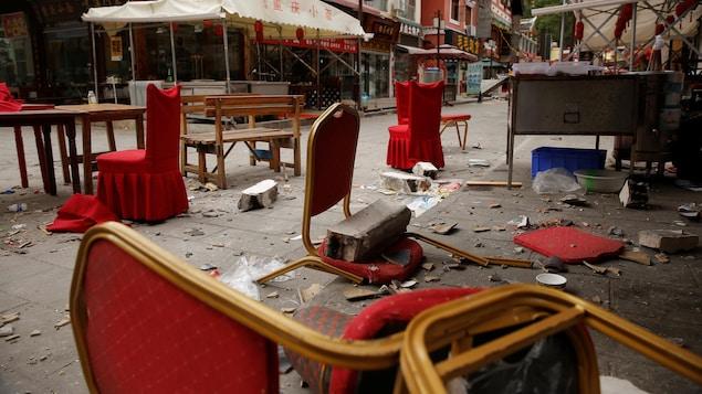 Des débris de chaises et murs éparpillés dans la rue