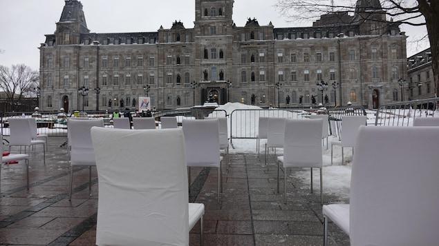 1000 chaises vides devant le Parlement.