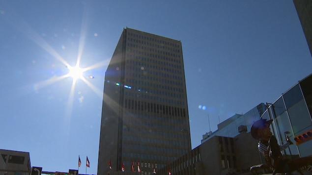 Le soleil avec une tour du centre-ville de Calgary.
