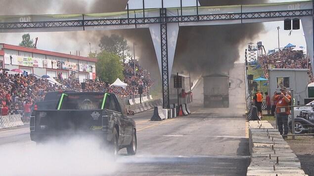 Des camions projettent une épaisse fumée noire