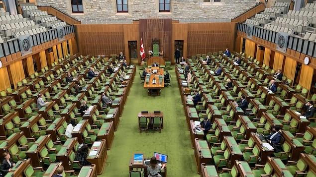 Un petit nombre de députés étaient en Chambre, mercredi soir, pour une séance en personne afin de débattre et d'adopter le projet de loi du gouvernement visant à accorder une aide financière aux étudiants.