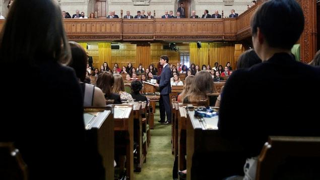 Justin Trudeau s'adresse à la Chambre des communes.