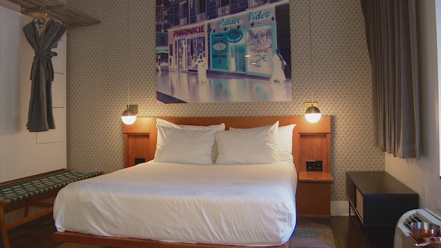 Une chambre du Drake Hotel avec un lit, des lumières et des robes de chambre.