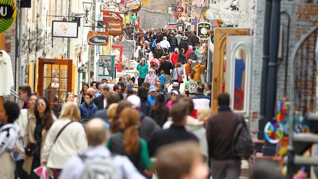 Une foule de touristes arpente les rues du Petit Champlain à Québec.