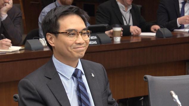 Le directeur des politiques publiques de Facebook Canada, Kevin Chan, souriant, lors de son témoignage devant le comité permanent de l'accès à l'information, de la protection des renseignements personnels et de l'éthique, le 19 avril 2018 à Ottawa.