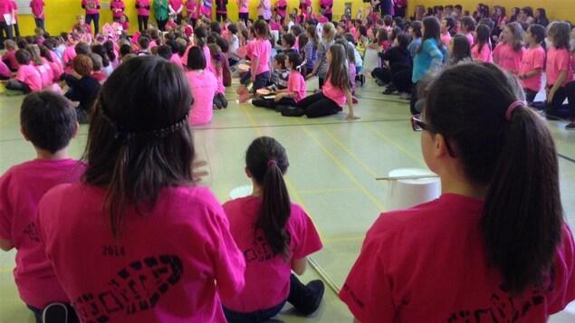 Des élèves vêtus de rose pour dénoncer l'intimidation